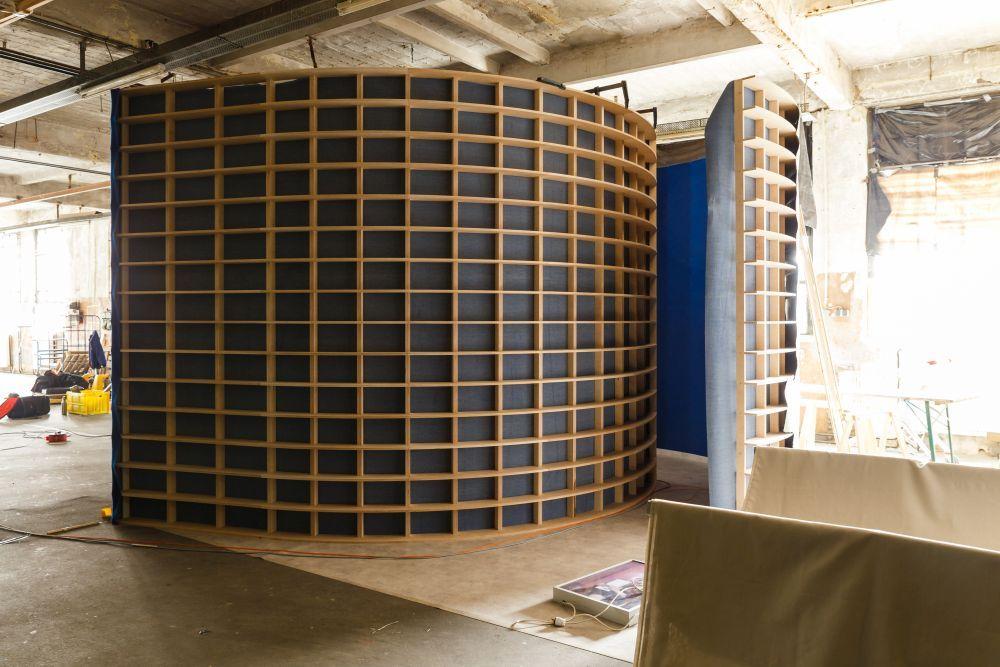 Die neue Ausstellungsarchitektur im Aufbau. Foto: André Wunstorf