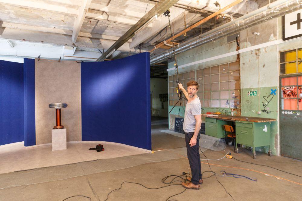 Der Filmemacher René Arnold bei der Lichtprobe für Videoaufnahmen. Foto: André Wunstorf