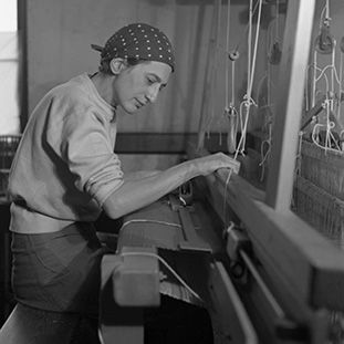 Anni Albers in ihrer Webstube im Black Mountain Collage, 1937, Foto: Helen Post © Courtesy of the Western Regional Archives, State Archives of North Carolina