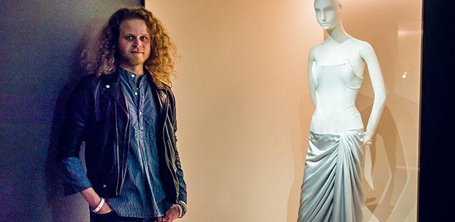 Sascha Johrden und sein Abendkleid in der Modegalerie des Kunstgewerbemuseums © Kai Prillwitz