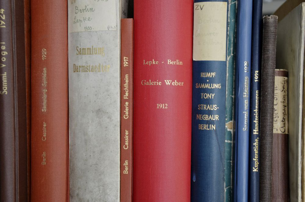 Verschiedene Auktionskataloge im Bestand der Kunstbibliothek der Staatlichen Museen zu Berlin. © SPK / Friederike Schmidt