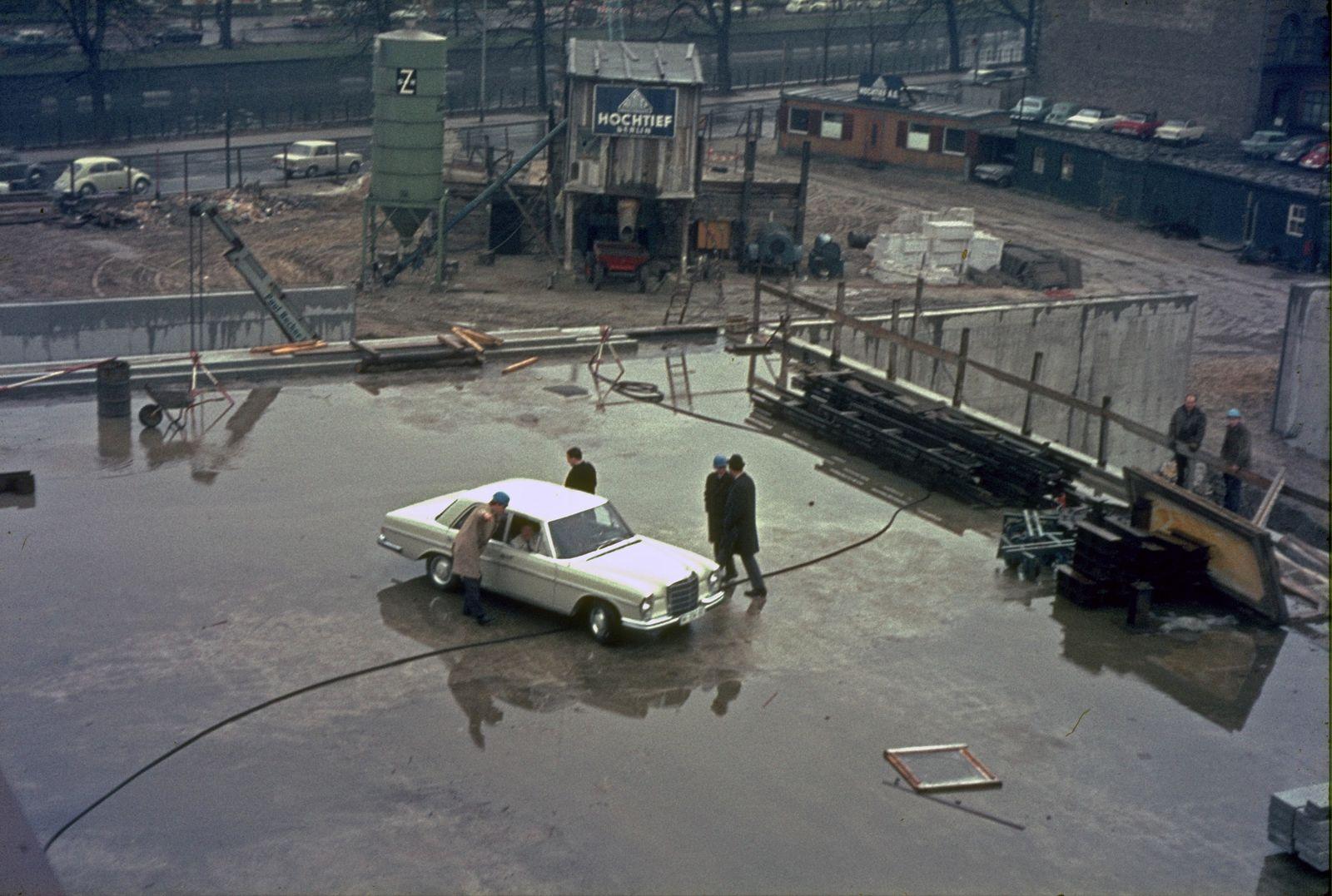 """Mies im Auto vor der """"Dachunterbesichtigung"""" am 5.4.1967. Foto: Heinz Oeter"""