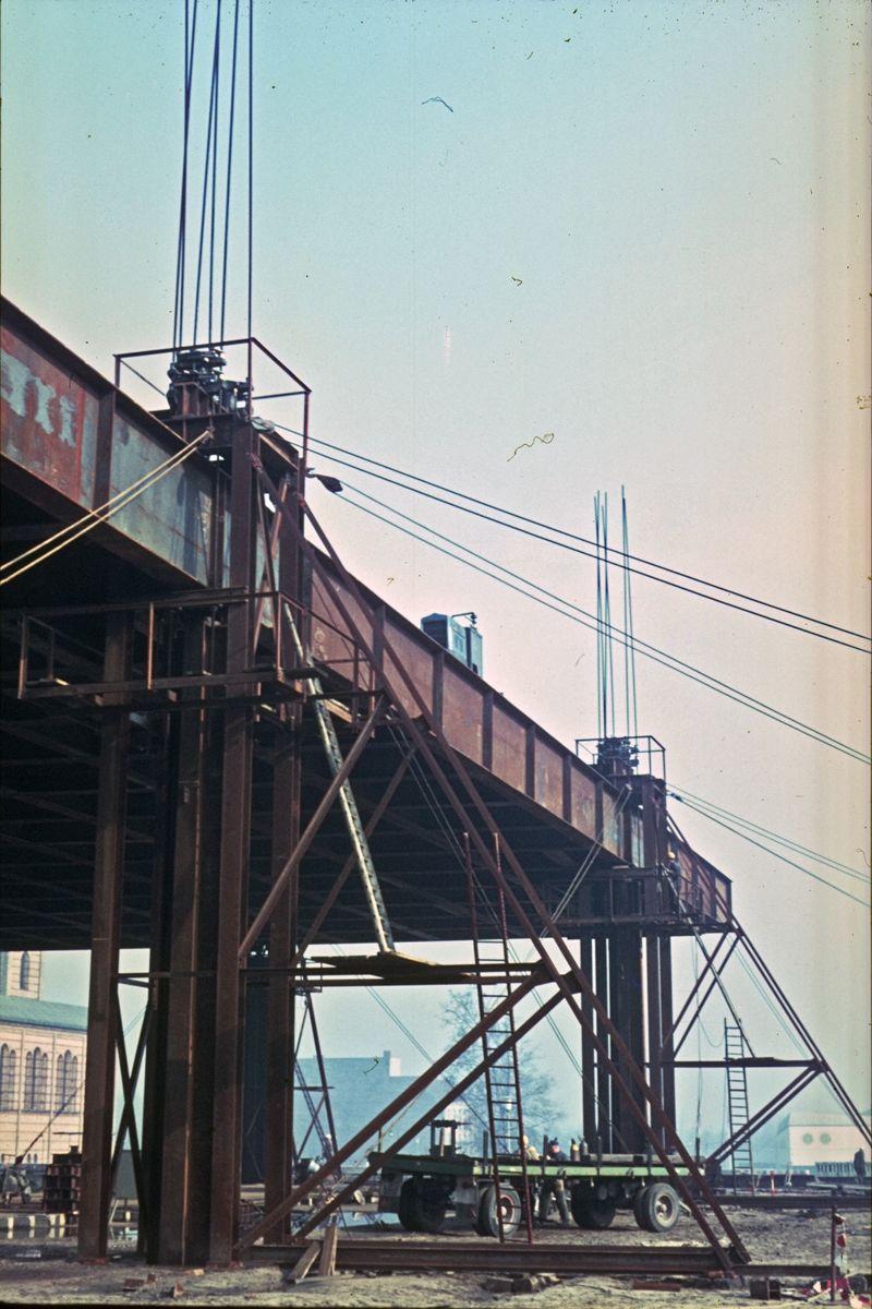"""Die Dachkonstruktion ist vor dem Absenken """"überhoben"""" worden. Foto: Heinz Oeter"""