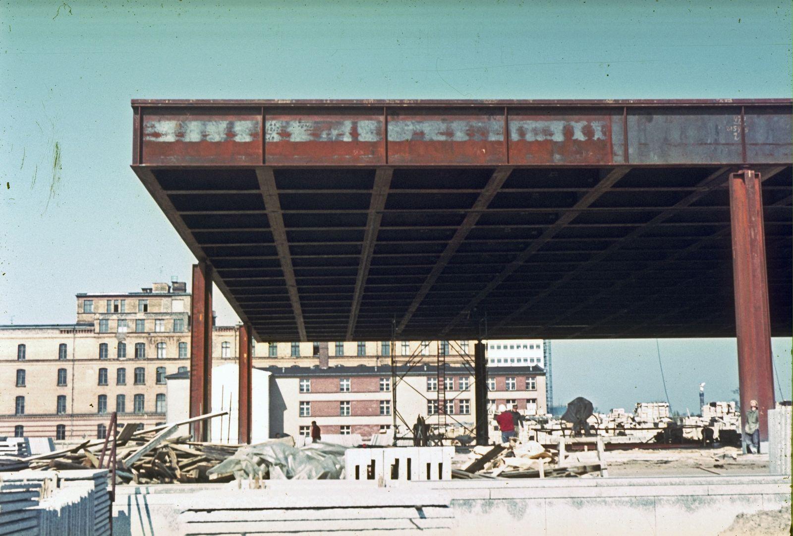 Geschafft - das Dach steht auf eigenen Stützen. Foto: Heinz Oeter