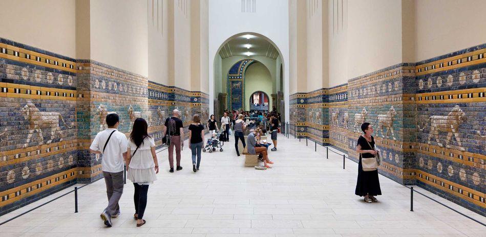 Besucher in der rekonstruierten Prozessionsstraße von Babylon. © Staatliche Museen zu Berlin, Pergamonmsueum / Achim Kleuker
