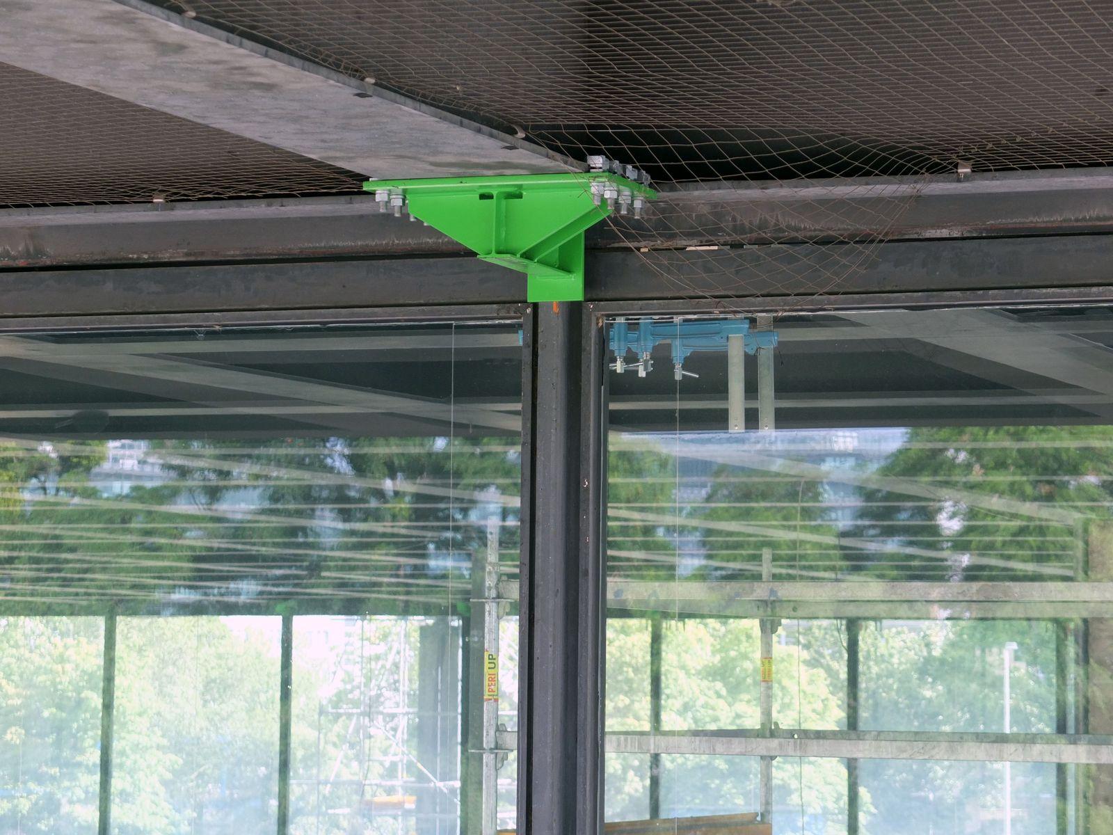 Die grüne Stahlspange hält während der Sanierung das Dach und die Fassade zusammen. Foto: schmedding.vonmarlin