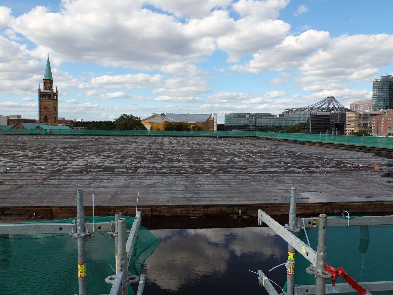 Blick über das Dach der Neuen Nationalgalerie zur St. Matthäus-Kirche. Foto: schmedding.vonmarlin.
