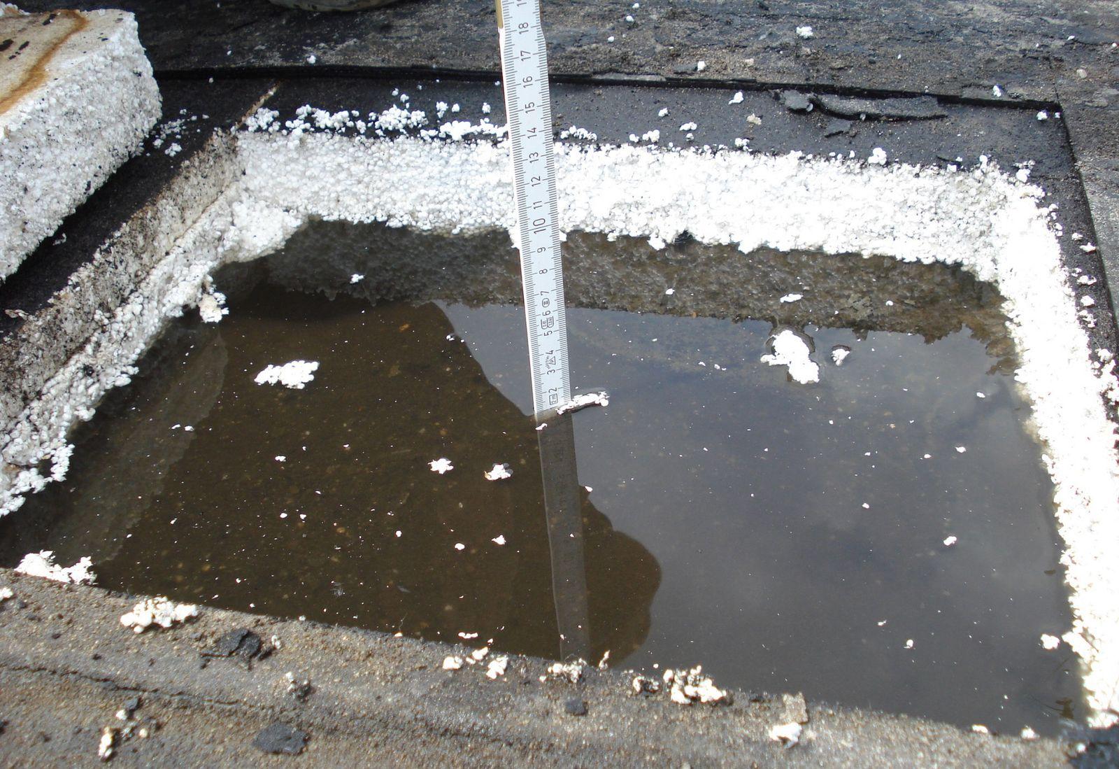 Bei vorbereitenden Untersuchung zur Grundinstandsetzung wurde stehendes Wasser unterhalb der Abdichtungsebene auf dem Dach entdeckt. Foto: David Chipperfield Architects für das Bundesamt für Bauwesen und Raumordnung (BBR)