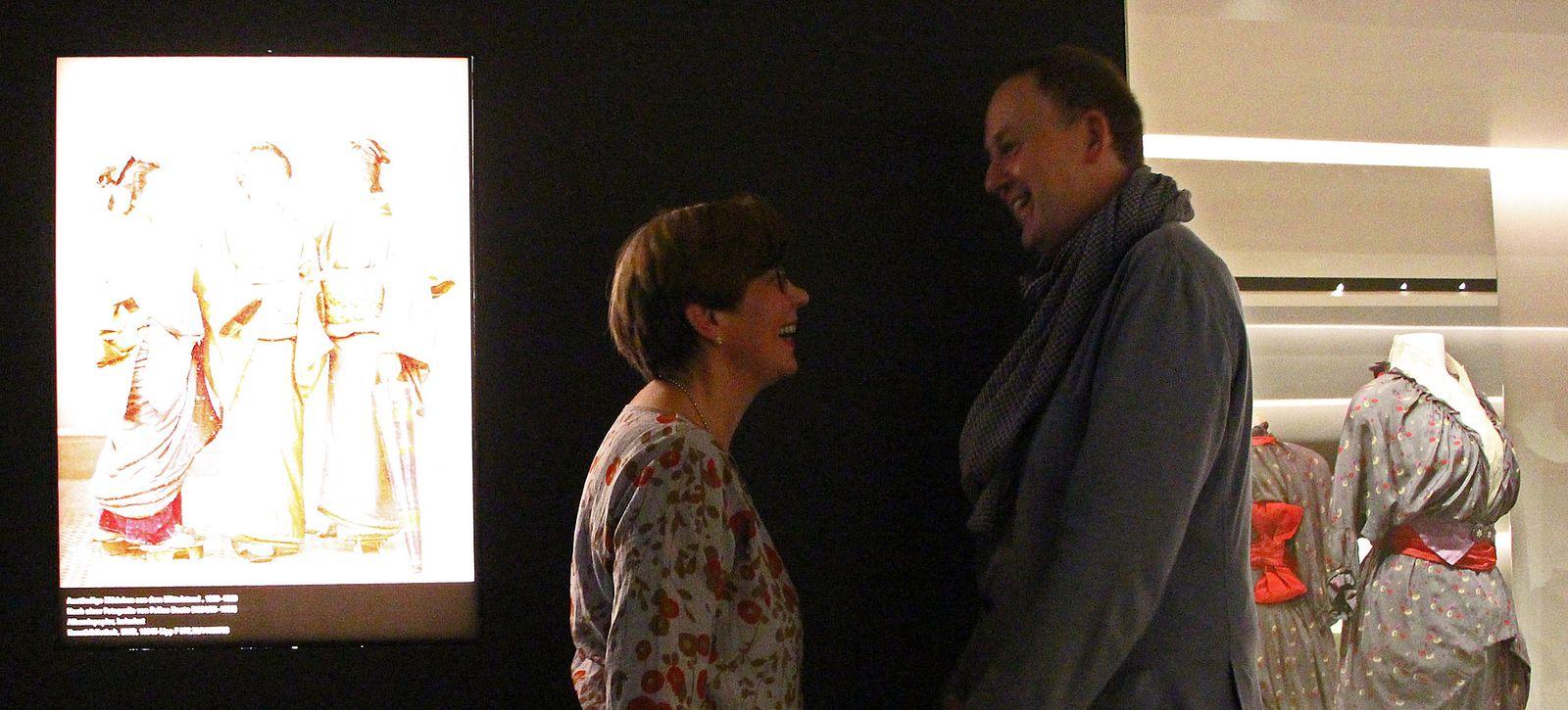 Christine Waidenschlager (Kunstgewerbemuseum) und Alexander Hofmann (Museum für Asiatische Kunst) in der Modegalerie des Kunstgewerbemuseums. Foto: Wibke Schrape