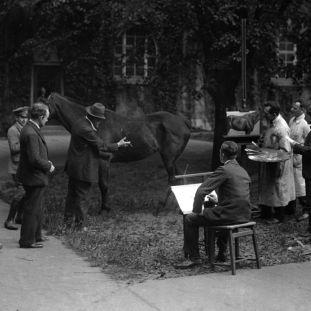 Willy Römer: Kunstgewerbeschule Berlin, Tierstudien im Freien, am Pferd: Prof. Max Friedrich Koch (1859 - 1930); 1920er Jahre. Copyright bpk / Kunstbibliothek, SMB, Photothek Willy Römer / Willy Römer