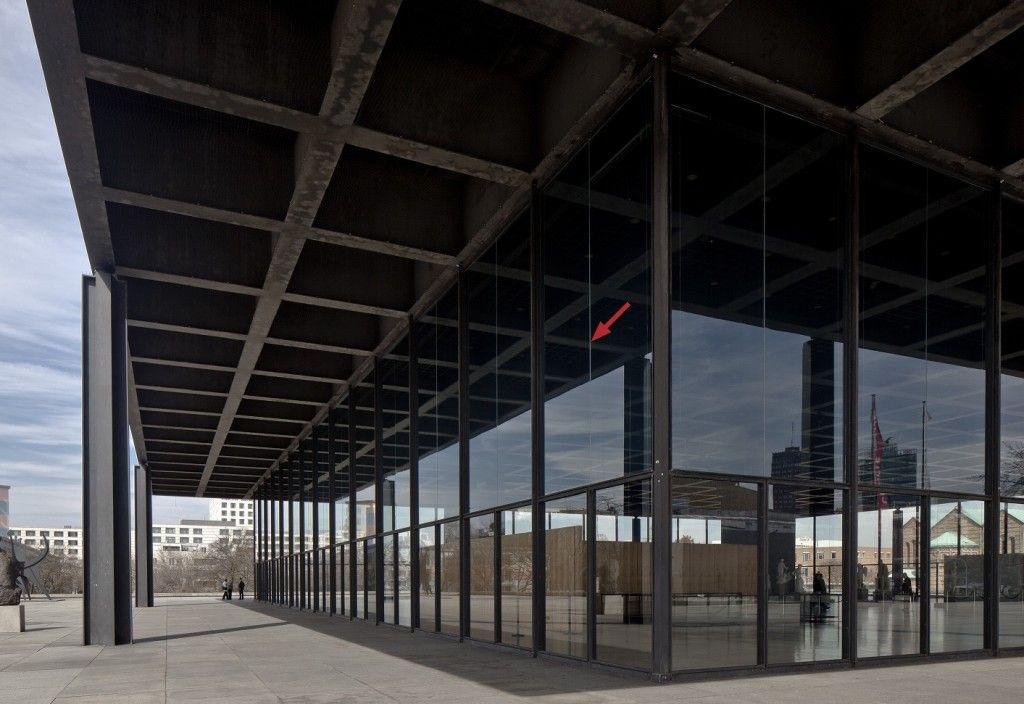 Die geteilten oberen Glasscheiben sind an der mittigen Fuge deutlich zu erkennen. © David Chipperfield Architects für das Bundesamt für Bauwesen und Raumordnung (BBR)