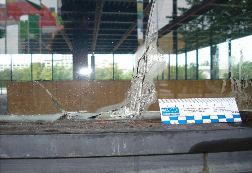 Ein Beispiel für Glasbruch. © David Chipperfield Architects für das Bundesamt für Bauwesen und Raumordnung (BBR)