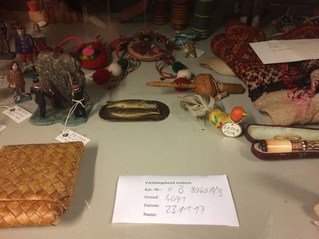 """Ein Objekt wurde für das """"Wiki goes MEK!"""" Event vorübergehend aus dem Depotschrank entfernt © Staatliche Museen zu Berlin, Museum Europäischer Kulturen / Anna Mosig"""