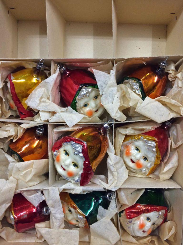 Rotkäppchen, Glas, in die Form geblasen, verspiegelt und bemalt, Höhe: ca. 7 cm © Staatliche Museen zu Berlin, Museum Europäischer Kulturen / Anna Mosig