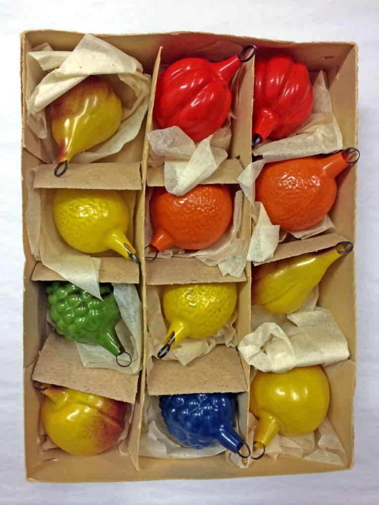 Obst (Birne, Orange, Zitrone, Trauben, Paprika), Glas, in die Form geblasen, dann in Farbe getaucht, Höhe: ca. 5 cm © Staatliche Museen zu Berlin, Museum Europäischer Kulturen / Maxie Kiwitter