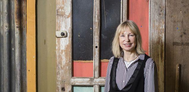 """Viola König, ehemalige Direktorin des Ethnologischen Museums, vor der Installation """"township wall"""" von António Ole (Angola). © Staatliche Museen zu Berlin, David von Becker"""