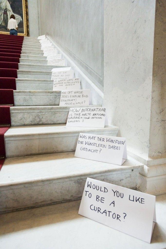 Der Beginn eines Dialogs im Treppenhaus: Die Aufsteller leiten das Publikum zu den Vermittelnden. (c) Staatliche Museen zu Berlin, Valerie Schmidt