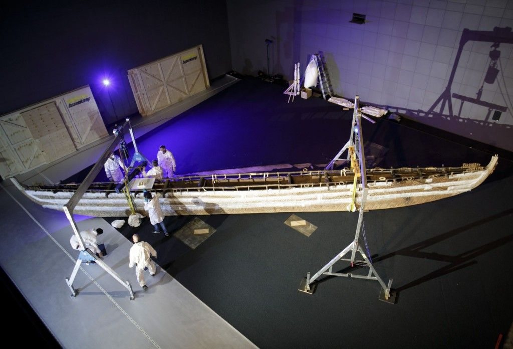 Verlegung des Rumpfs eines LUF Hochsee Segelboots im Ethnologischen Museum. © Stiftung Preußischer Kulturbesitz, Foto: Thomas Köhler/photothek