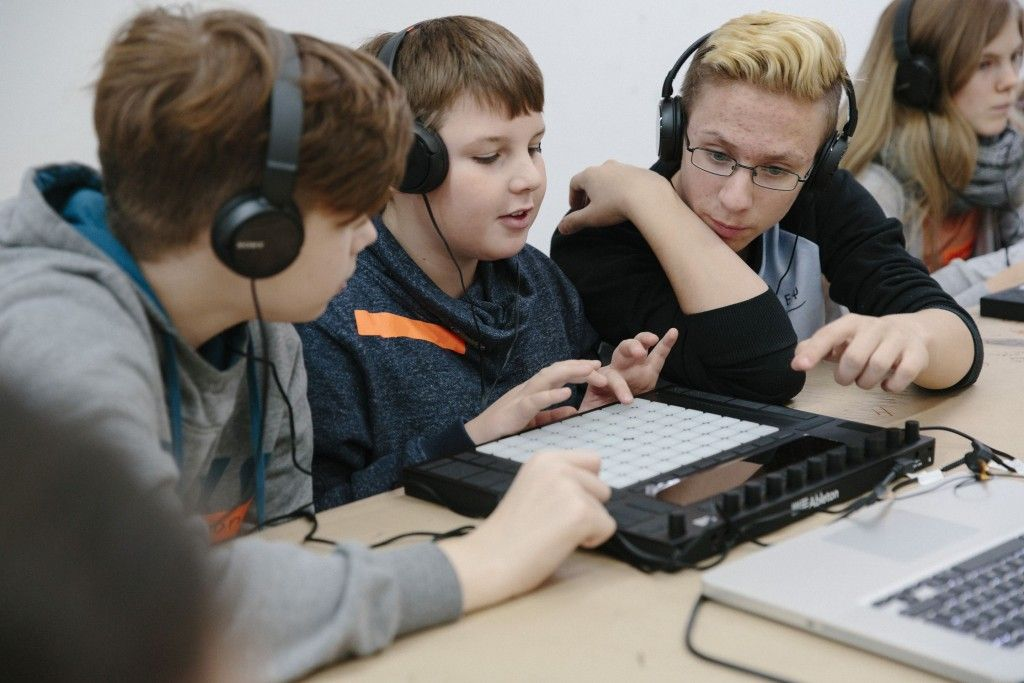 """Jugendliche arbeiten im Projekt """"Stell die Verbindung her"""" an einem Audioguide für den Hamburger Bahnhof. (c) Staatliche Museen zu Berlin / Annika Büssemeier"""