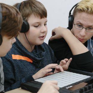Jugendliche arbeiten im Projekt