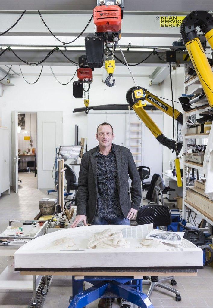 Paul Hofmann, Chefrestaurator von Skulpturensammlung und Museum für Byzantinische Kunst im Bode-Museum, in seiner Werkstatt. © Foto: David von Becker