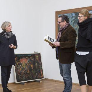 """Gabriele Knapstein, Udo Kittelmann und Anna-Catharina Gebbers während der Aufbauarbeiten zu """"Hello World. Revision einer Sammlung""""."""