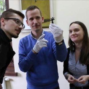 Die Projektmitarbeiter Izabela Szter und Christoph Jahn zusammen mit dem russischen Kollegen Kirill Makhotka (links) bei der Sichtung der Prussia-Sammlung im Museum für Geschichte und Kunst Kaliningrad.
