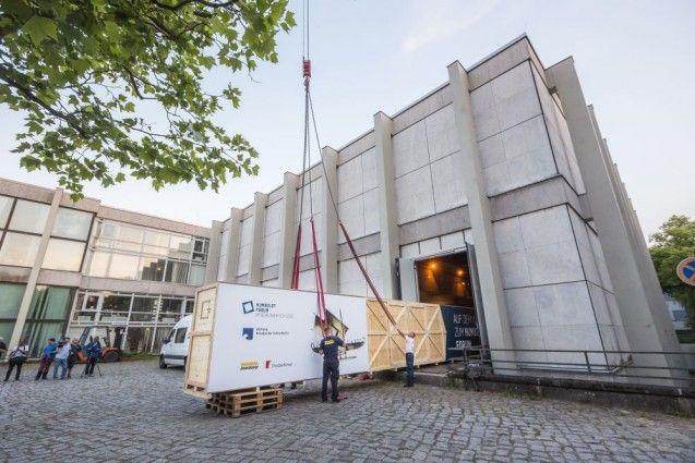 Das erste der Südsee-Boote vom ehem. Ethnologischen Museum in Dahlem kommt erstmals seit 50 Jahren aus dem Ausstellungsraum. © SHF / David von Becker