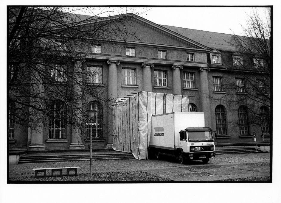 11.12.1997, der erste LKW wird mit Objekten der Gemäldegalerie in Dahlem beladen ©Staatliche Museen zu Berlin Foto: Erik-Jan Ouwerkerk