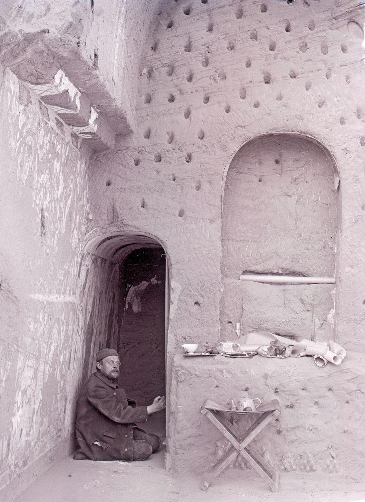 Albert Grünwedel bei der Dokumentation der Wandmalereien in einer Kizil-Höhle, 1906  © Staatlichen Museen zu Berlin, Museum für Asiatische Kunst