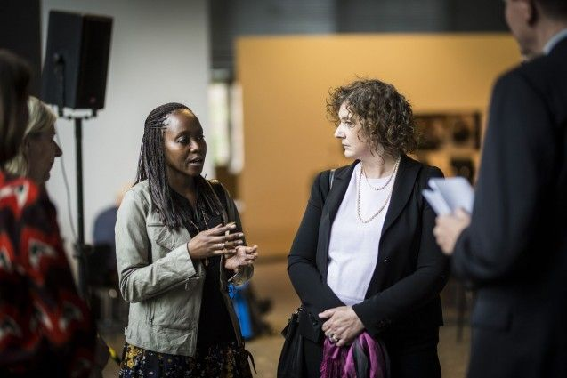 """Sarita Mamseri, künstlerische Leiterin des """"Humboldt Lab Tanzania"""", mit der Kuratorin Paola Ivanov im Ethnologischen Museum. (c) SPK/photothek.net/Florian Gaertner"""