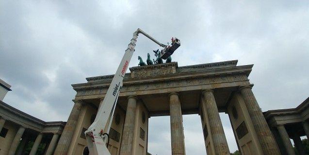 Das Attika-Relief in 20 Metern Höhe auf dem Brandenburger Tor (c) Staatliche Museen zu Berlin, Gipsformerei