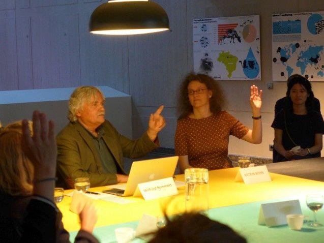 Wollen sie in einer Essbaren Stadt leben? Der Moderator Wilfried Bommert und Katrin Bohn sind wie fast alle Anwesenden dafür. © Staatliche Museen zu Berlin/Kunstgewerbemuseum