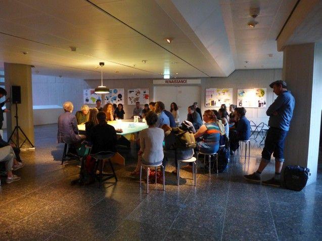 Die letzte Station führt uns schon an den Tisch, um den der Talk stattfinden wird. Mit geschlossenen Augen lauscht das Publikum einer Tonaufnahme von Aufzeichnungen des Wissenschaftlers, der die namensgebenden tränentrinkenden Motten entdeckte und erforschte. © Staatliche Museen zu Berlin/Kunstgewerbemuseum