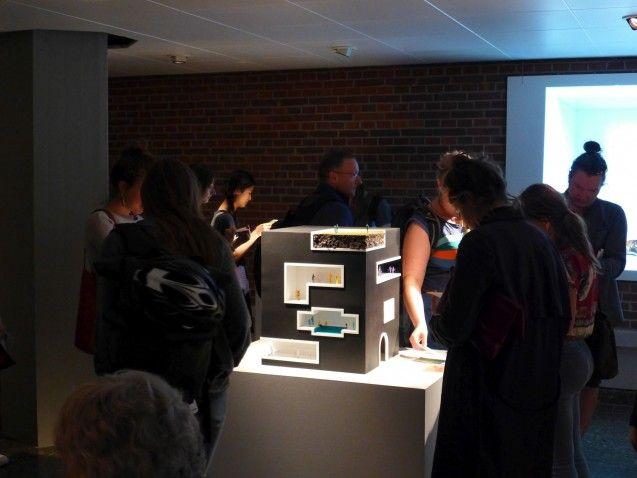 Die Installation beinhaltet neben verschiedenen Tools zur Generierung und Sammlung von Tränen das architektonische Modell eines Restaurants, in dem sich Menschen verschiedenen Tieren und Organismen zum Essen anbieten können. © Staatliche Museen zu Berlin/Kunstgewerbemuseum