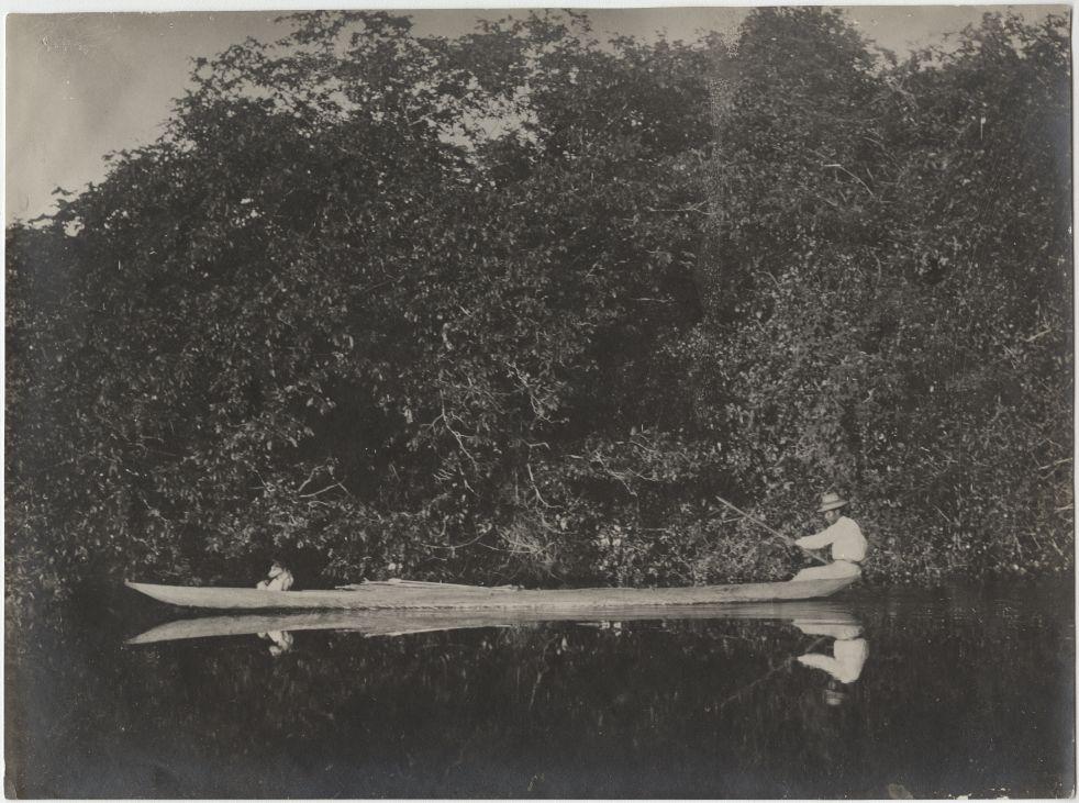 Ein Mann des indigenen Volksstammes Brasiliens, Guató, im Einbaum am Caracara-Fluss © Max Schmidt