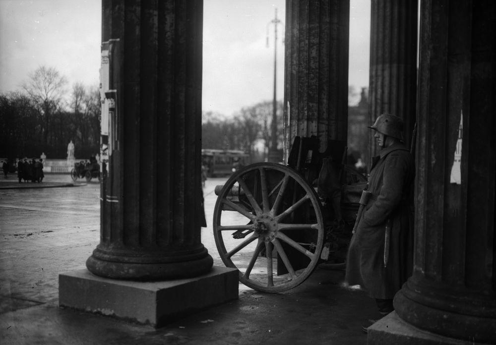 Während der Weimarer Republik kam es immer wieder zu gewaltsamen Auseinandersetzungen zwischen politischen Gruppen. Das Brandenburger Tor wurde dabei oftmals  Schauplatz von Kämpfen und trug einigen Schaden davon. (c) bpk / Kunstbibliothek, SMB, Photothek Willy Römer / Willy Römer