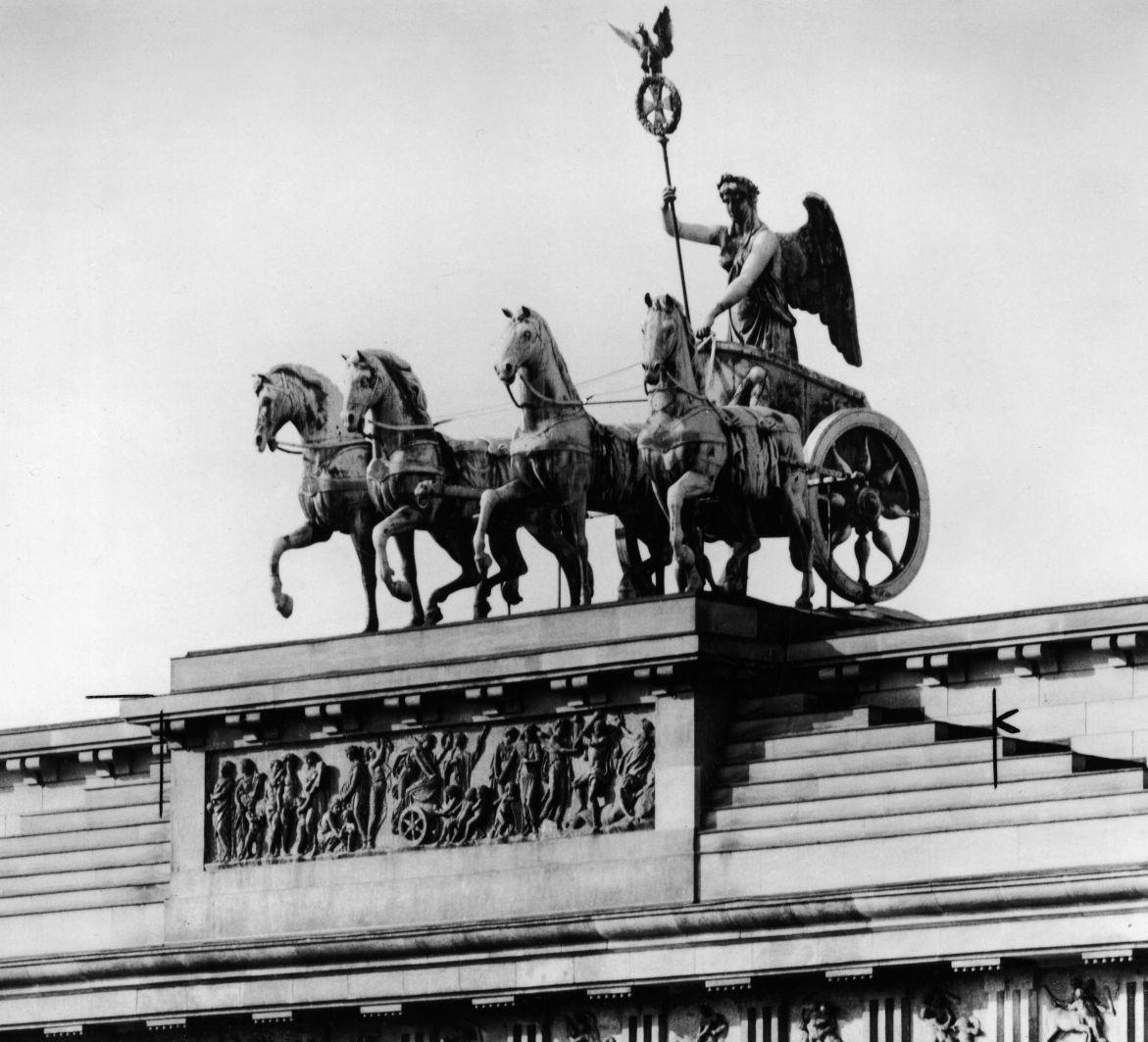 """Die Friedensgöttin mit dem Relief """"Zug des Friedens"""", von Bildhauer: Johann Gottfried Schadow, Aufnahme um 1930 © Staatliche Museen zu Berlin , Kunstbibliothek / Willy Römer"""
