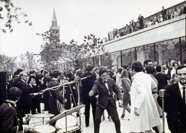 Ausgelassen feierten die Gäste die Eröffnung der Neuen Nationalgalerie.  Foto: Neue Nationalgalerie/Reinhard Friedrich