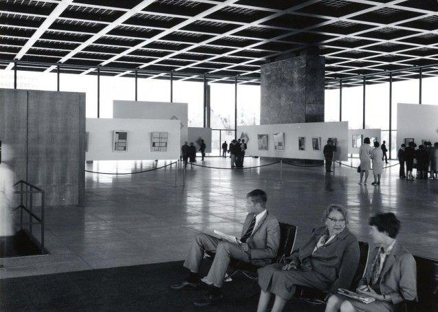 Die hängenden Ausstellungswände für die Gemälde von Piet Mondrian wurden vom Büro Ludwig Mies van der Rohes entworfen.  Foto: Neue Nationalgalerie/Reinhard Friedrich