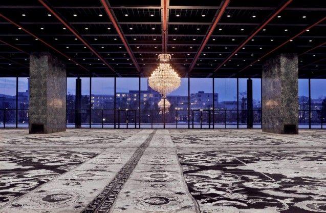 Mit einem kühnen Eingriff hat der Künstler Rudolf Stingel die einzigartige Ausstellungshalle der Neuen Nationalgalerie transformiert.  Rudolf Stingel, Foto: David von Becker