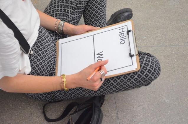 """Studierende im Hamburger Bahnhof: Team Mentorium lud in die Ausstellung """"Hello World"""". © Staatliche Museen zu Berlin"""