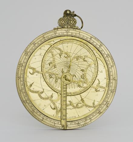 Aus der Kunstkammer stammen wissenschaftliche Geräte wie der Astrolab mit Windrose und Tierkreiszeichen, Nürnberg 1537; © Kunstgewerbemuseum der Staatlichen Museen zu Berlin / Saturia Linke