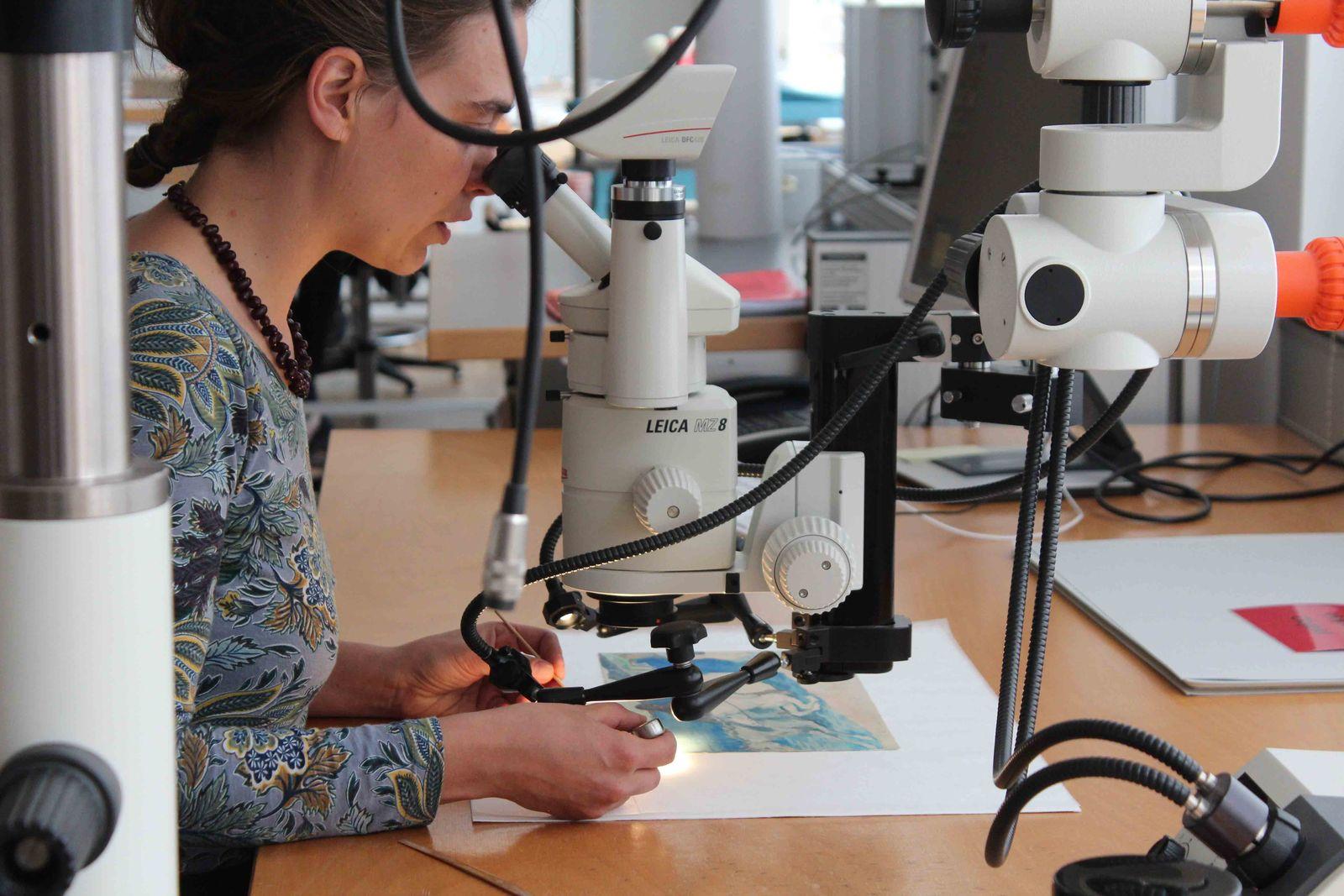 Antje Penz bei der Restaurierung von Aquarellen am Mikroskop. © Staatliche Museen zu Berlin / Christof Hannemann