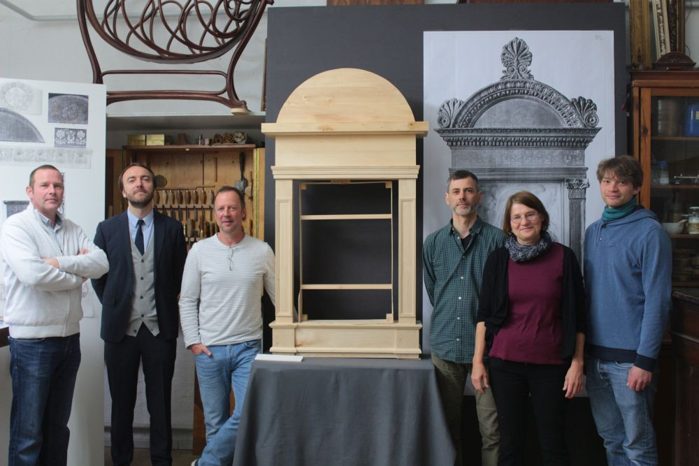Chefrestaurator Paul Hofmann, Kurator Neville Rowley (v.l.) und ihr Team vor dem neuen Rahmen. (c) Staatliche Museen zu Berlin