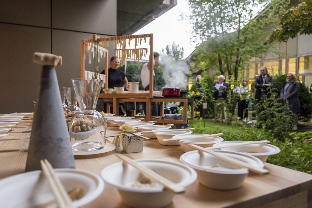 Für die Performance wanderte die voll funktionsfähige, transportable Küche von chmara.rosinke in den Garten des Kunstgewerbemuseums. © Kunstgewerbemuseum, Staatliche Museen zu Berlin/Foto: Kai von Kotze