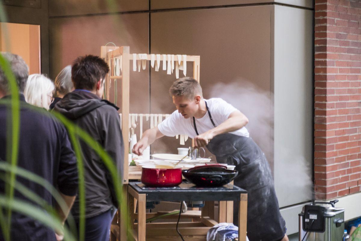 Vor den Augen der Gäste, bereiten Maciej Chmara und Ania Rosinke ein köstliches 4-Gänge-Menü zu. © Kunstgewerbemuseum, Staatliche Museen zu Berlin/Foto: Kai von Kotze