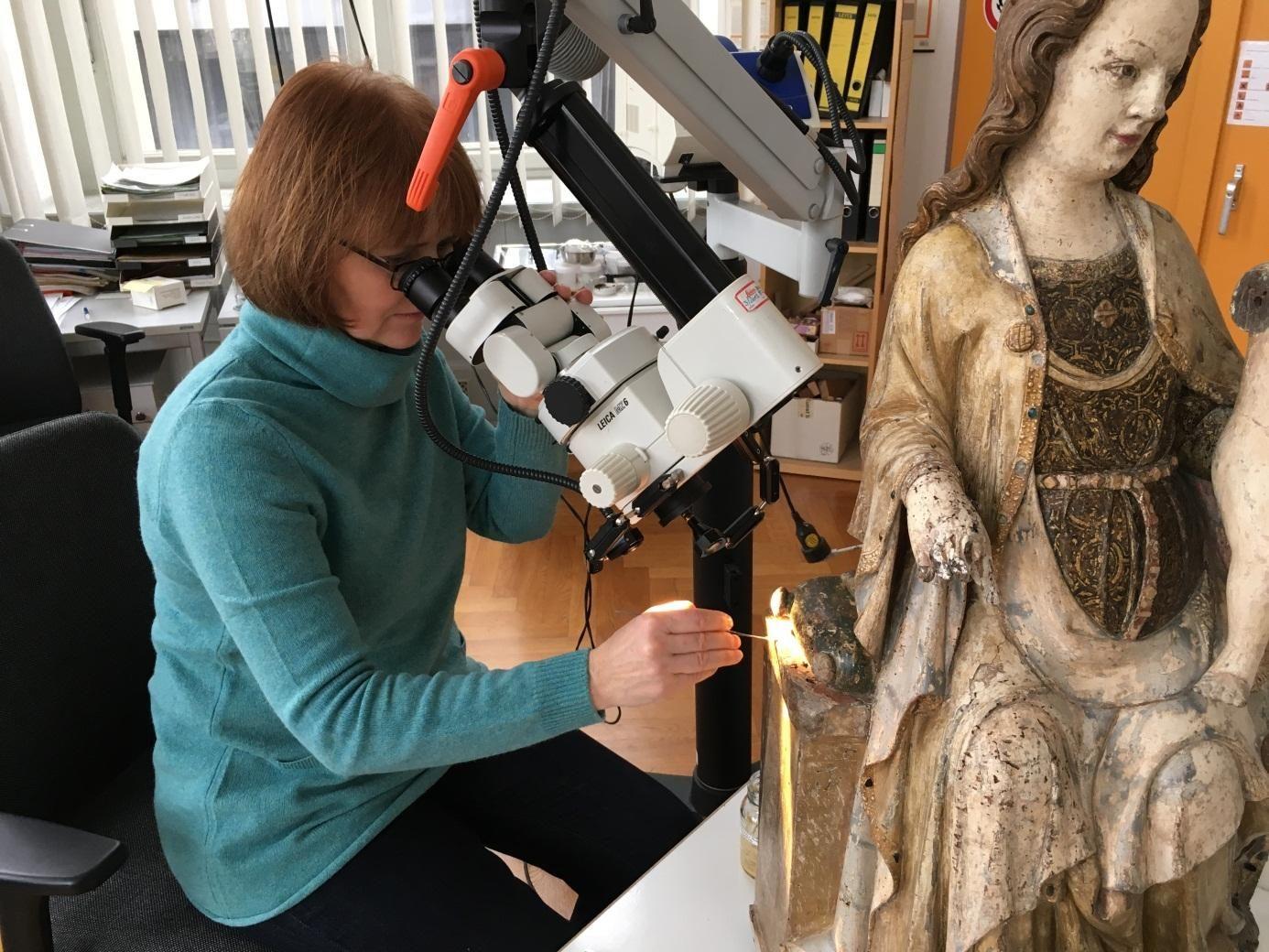 Marion Böhl bei der Restaurierung der Thronenden Maria mit Kind. © Staatliche Museen zu Berlin / Malith Krishnaratne