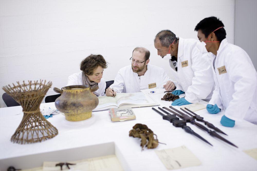 Andrea Scholz vom Ethnologischen Museum mit Wissenschatflern aus dem Amazonas-Gebiet im Depot des Museums. © SPK / Photothek / Inga Kjer