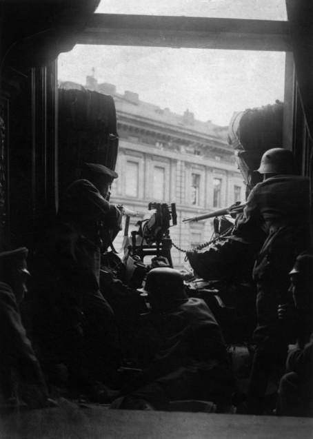Ein Maschinengewehr-Posten hält im November 1918 Stellung im Berliner Regierungsviertel. © Staatliche Museen zu Berlin, Kunstbibliothek, Photothek Willy Römer / Gebrüder Haeckel